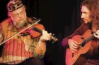 Jonas Liljeström spelar fiol och Emil Pernblad spelar gitarr