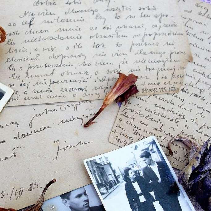 Gamla brev, fotografier och torkade blommor