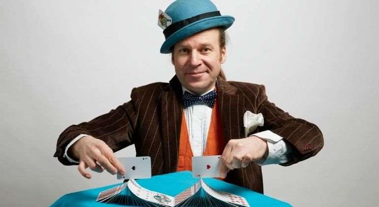 Trollkarlen Joakim Koskinen trixar med en kortlek